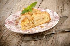 Κέικ της Apple με ένα δίκρανο σε ένα πιάτο Στοκ Εικόνες