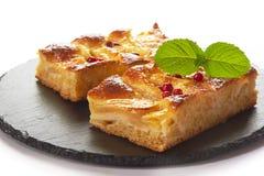 Κέικ της Apple με τα δασικά μούρα Στοκ Εικόνα