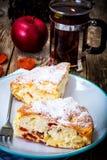 Κέικ της Apple με τα ξηρά βερίκοκα σε ένα υπόβαθρο του παλαιού γκρίζου πίνακα Στοκ Φωτογραφία