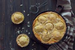 Κέικ της Apple με την κρέμα και το αμύγδαλο Στοκ Εικόνες
