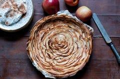 Κέικ της Apple με την κρέμα κανέλας στο ξύλινο υπόβαθρο Στοκ φωτογραφία με δικαίωμα ελεύθερης χρήσης
