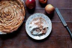 Κέικ της Apple με την κρέμα κανέλας στο ξύλινο υπόβαθρο Στοκ Εικόνες