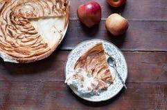 Κέικ της Apple με την κρέμα κανέλας στο ξύλινο υπόβαθρο Στοκ Φωτογραφία