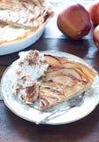 Κέικ της Apple με την κρέμα κανέλας στο ξύλινο υπόβαθρο Στοκ εικόνες με δικαίωμα ελεύθερης χρήσης