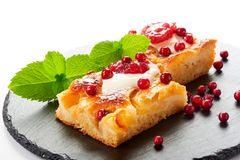Κέικ της Apple με την κρέμα, τη μαρμελάδα και τα δασικά μούρα Στοκ Φωτογραφίες