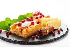 Κέικ της Apple με την κρέμα, τη μαρμελάδα και τα δασικά μούρα Στοκ φωτογραφία με δικαίωμα ελεύθερης χρήσης