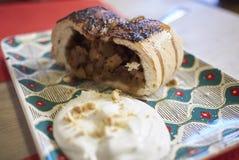 Κέικ της Apple με την κτυπημένη κρέμα Στοκ Φωτογραφίες