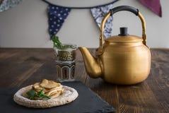 Κέικ της Apple με τη μέντα με το τσάι Στοκ Φωτογραφίες