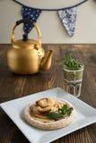 Κέικ της Apple με τη μέντα με το τσάι Στοκ φωτογραφία με δικαίωμα ελεύθερης χρήσης
