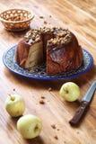 Κέικ της Apple με τη φέτα και τα ξύλα καρυδιάς καλύμματος καραμέλας Στοκ Εικόνες