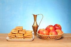 Κέικ της Apple, μια καράφα μετάλλων και φρούτα σε ένα καλάθι Στοκ εικόνες με δικαίωμα ελεύθερης χρήσης