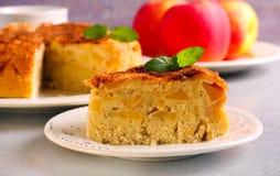 Κέικ της Apple που εξυπηρετείται στο πιάτο Στοκ εικόνα με δικαίωμα ελεύθερης χρήσης