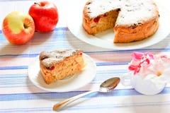 Κέικ της Apple Σαρλόττα που διακοσμείται με τα λουλούδια Στοκ φωτογραφία με δικαίωμα ελεύθερης χρήσης
