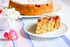 Κέικ της Apple Σαρλόττα που διακοσμείται με τα λουλούδια Στοκ Εικόνα