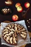 Κέικ της Apple σοκολάτας με τα φουντούκια στοκ εικόνες