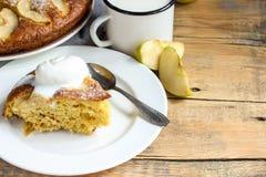 Κέικ της Apple στο πιάτο σε έναν ξύλινο πίνακα Στοκ Φωτογραφία