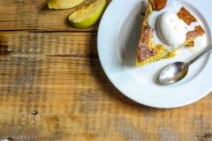 Κέικ της Apple στο πιάτο σε έναν ξύλινο πίνακα Στοκ εικόνες με δικαίωμα ελεύθερης χρήσης