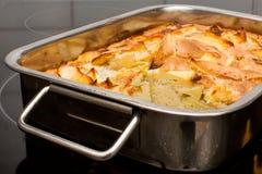 Κέικ της Apple στο τηγάνι φούρνος-δίσκων από το φούρνο Στοκ Εικόνες
