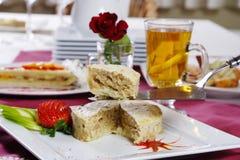 Κέικ της Apple, φέτες των φραουλών και μήλα Στοκ Φωτογραφία