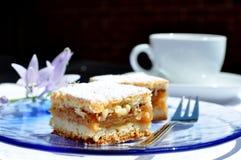 Κέικ της Apple, φλυτζάνι καφέ, λουλούδια Στοκ εικόνα με δικαίωμα ελεύθερης χρήσης
