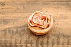 Κέικ της Apple όπως το λουλούδι Στοκ Φωτογραφίες
