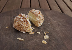 Κέικ της Sara Κέικ σφουγγαριών Genoise με τα αμύγδαλα Στοκ φωτογραφία με δικαίωμα ελεύθερης χρήσης