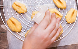 Κέικ τη Madeleine που χύνεται fondant ζάχαρης Στοκ Εικόνα