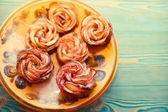 Κέικ τριαντάφυλλων της Apple στον ξύλινο πίνακα Στοκ Εικόνα