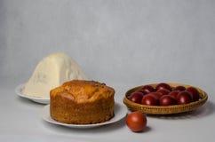 Κέικ, τυρί εξοχικών σπιτιών και χρωματισμένα Πάσχα αυγά στο καλάθι Στοκ εικόνες με δικαίωμα ελεύθερης χρήσης