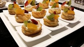Κέικ υποδοχής μπουφέδων εστιατορίων στον πίνακα Στοκ Φωτογραφία