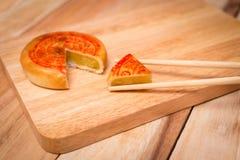 Κέικ φεγγαριών, κινεζικό μέσο επιδόρπιο φεστιβάλ φθινοπώρου ρηχός πίνακας πεδίων βάθους ξύλινος Στοκ Εικόνες
