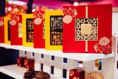 Κέικ φεγγαριών παραδοσιακού κινέζικου στο κιβώτιο δώρων Στοκ φωτογραφία με δικαίωμα ελεύθερης χρήσης