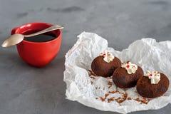 Κέικ φιαγμένα από σοκολάτα σε άσπρο διαφανές χαρτί για ένα γκρίζο υπόβαθρο Κέικ που διακοσμούνται με την κόκκινη ζελατίνα και τη  Στοκ Φωτογραφία