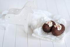 Κέικ φιαγμένα από σοκολάτα σε διαφανές χαρτί για ένα άσπρο υπόβαθρο Κέικ που διακοσμούνται με την κόκκινη ζελατίνα και τη λεπτή ά Στοκ Εικόνα