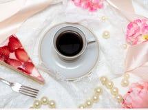 Κέικ φλιτζανιών του καφέ και φραουλών στοκ φωτογραφίες