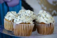 Κέικ φλυτζανιών και άσπρη κρέμα Στοκ εικόνες με δικαίωμα ελεύθερης χρήσης