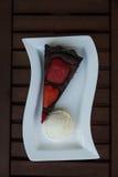Κέικ φράουλα-σοκολάτας με το παγωτό βανίλιας Στοκ Εικόνες