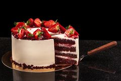 Κέικ φραουλών σε ένα μαύρο υπόβαθρο 1 ζωή ακόμα Στοκ Εικόνες