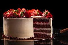 Κέικ φραουλών σε ένα μαύρο υπόβαθρο 1 ζωή ακόμα Στοκ φωτογραφία με δικαίωμα ελεύθερης χρήσης