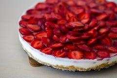 Κέικ φραουλών χωρίς ψήσιμο Στοκ φωτογραφία με δικαίωμα ελεύθερης χρήσης