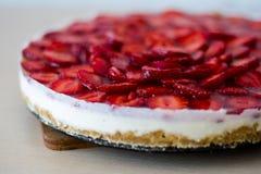 Κέικ φραουλών χωρίς ψήσιμο Στοκ εικόνες με δικαίωμα ελεύθερης χρήσης