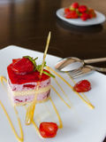 Κέικ φραουλών για τους εραστές στοκ φωτογραφία