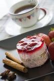 Κέικ φραουλών με τα αστέρια κανέλας και anis Στοκ φωτογραφίες με δικαίωμα ελεύθερης χρήσης