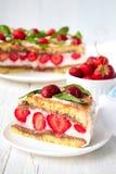 Κέικ φραουλών με την μπανάνα και τη σοκολάτα Στοκ Φωτογραφίες