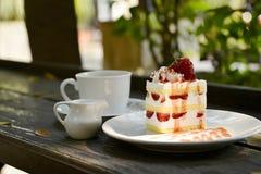 Κέικ φραουλών με τον καφέ Στοκ Εικόνα