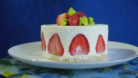 Κέικ φραουλών σε ένα σκούρο μπλε υπόβαθρο Όμορφο κέικ με τις φράουλες και κρέμα σε αργή κίνηση απόθεμα βίντεο