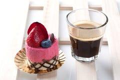 Κέικ φραουλών στην άσπρη ανασκόπηση στοκ εικόνες με δικαίωμα ελεύθερης χρήσης
