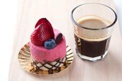 Κέικ φραουλών στην άσπρη ανασκόπηση στοκ εικόνα με δικαίωμα ελεύθερης χρήσης
