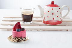Κέικ φραουλών στην άσπρη ανασκόπηση στοκ φωτογραφία