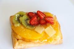 Κέικ φρούτων λεπτομερώς πέρα από το λευκό Στοκ Εικόνα